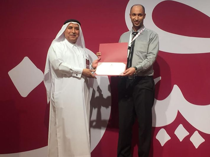 أثناء تسلم الشواهد التقديرية من الدكتور علي الكبيسي المدير العام للمنظمة
